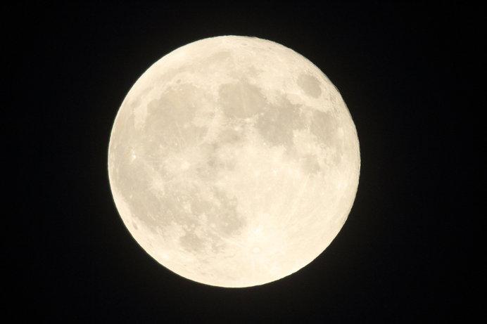 2月19日宵から20日夜中に、今年最大の満月・スーパームーンが出現!