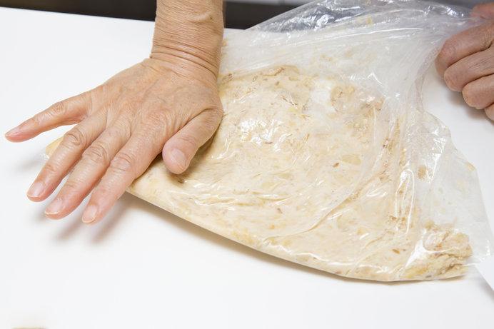 袋に入れて、上から手でつぶすと簡単です。