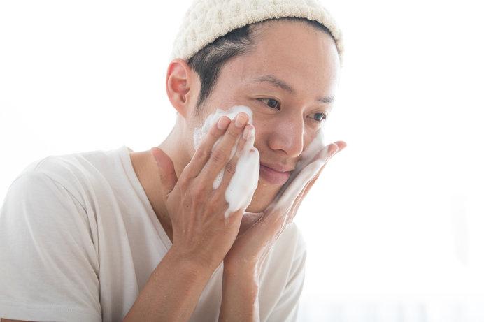 男性の人も洗顔料を泡立てて顔を洗うようにしましょう!