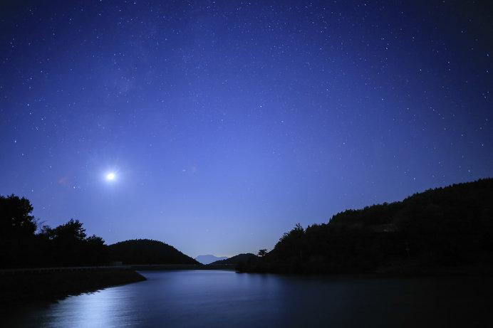 冥きより冥き道にぞ入りぬべきはるかに照らせ山の端の月