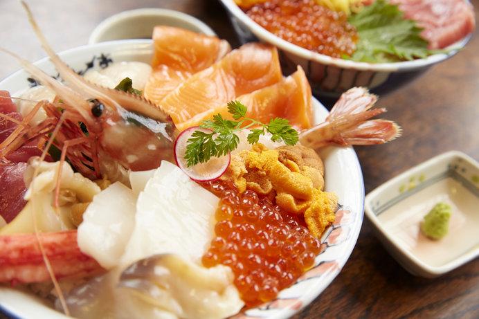 新鮮な海鮮丼は大人気(画像はイメージ)
