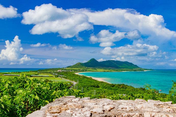 空の青、ハンナ岳の碧、エメラルドグリーンの海、緑の大地……生命力あふれる石垣島の絶景