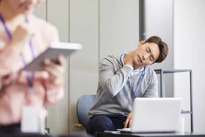 長時間のパソコン、スマホは体に思った以上に負担がかかります