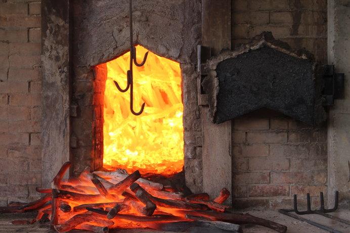 炭の窯出しの様子(画像はイメージ)