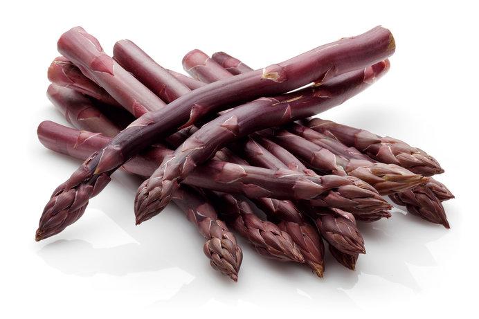 紫のアスパラガスは皮が柔らかく甘い。色を生かして、生のままサラダに!!