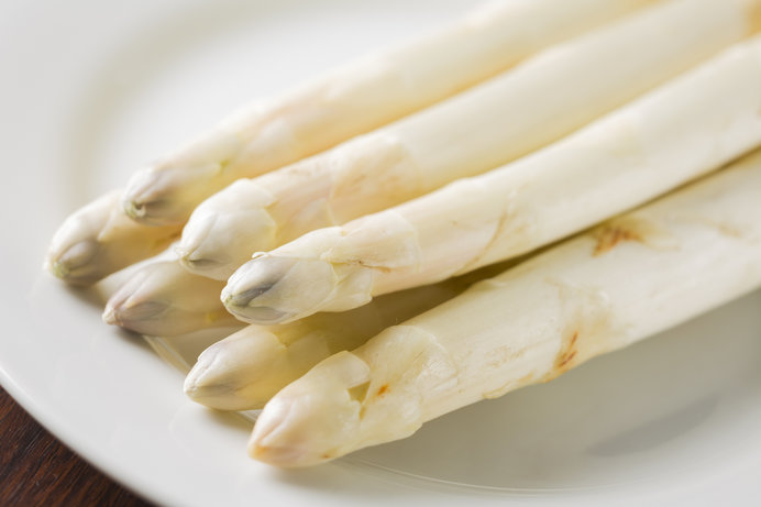 遮光して育てるホワイトアスパラガス。歯ごたえがクリーミー!!