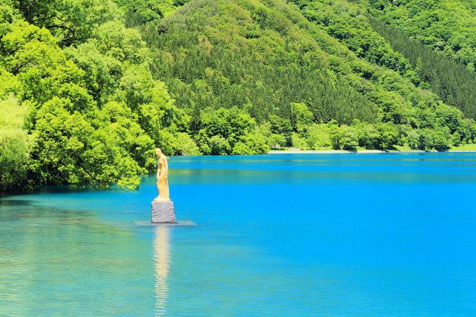水深423.4mは日本一!瑠璃色に輝く神秘の湖「田沢湖」