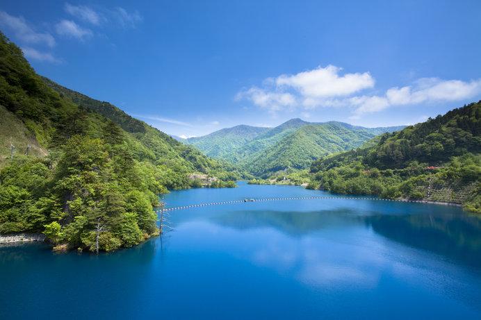 群馬県の四万温泉、その最奥にある「奥四万湖」はコバルトブルーの水を湛える