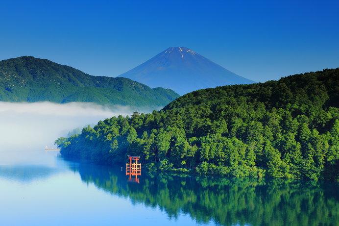 富士山をバックにエメラルドグリーンに輝く芦ノ湖は、どこか神秘的