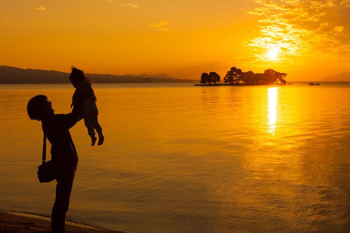 宍道湖の夕景に哀愁を加える湖上の「嫁ヶ島」は、悲しい伝説も