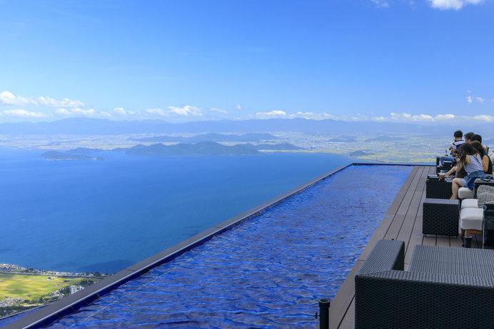 打見山の山頂駅から続く琵琶湖一望のデッキテラス「The Main」には、爽やかな水盤も