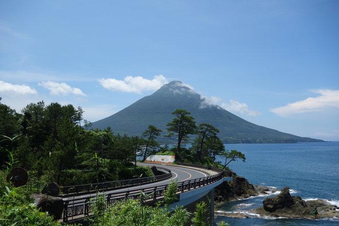藍色に澄んだ池田湖と、薩摩富士とも呼ばれる開聞岳