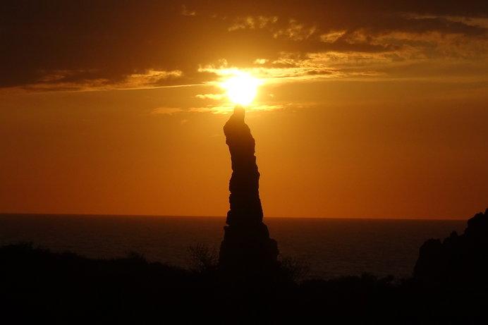 観音岩のてっぺんに夕日が当たり、火が灯ったろうそくに見えることも♪