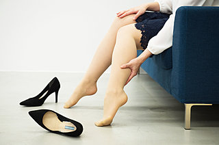 冷房を使い始めると気になる足のむくみ。上手な解消方法は?