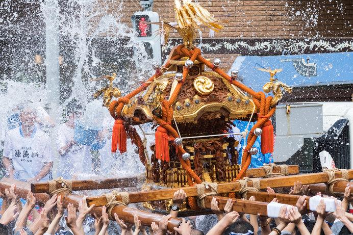 「ワッショイ!ワッシヨイ!」の伝統的な掛け声の「深川八幡祭り」