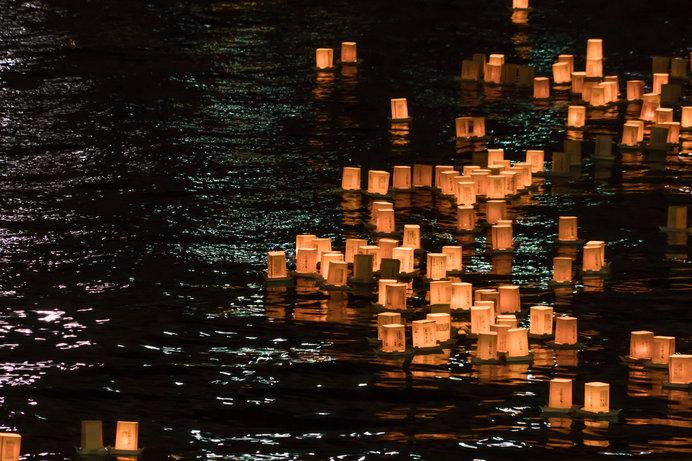 とうろうの灯りが幻想的な「隅田川とうろう流し」