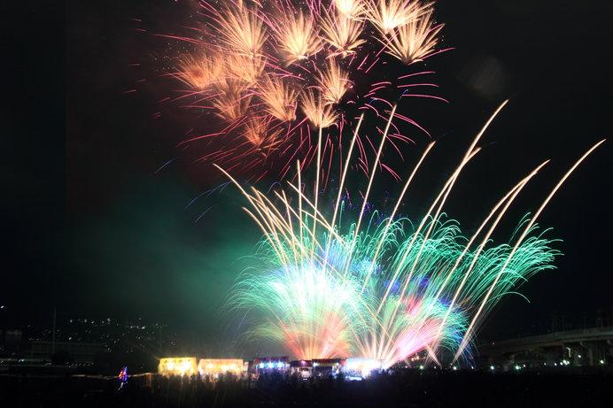 カラフルなスターマインが見ものの「猪名川花火大会」