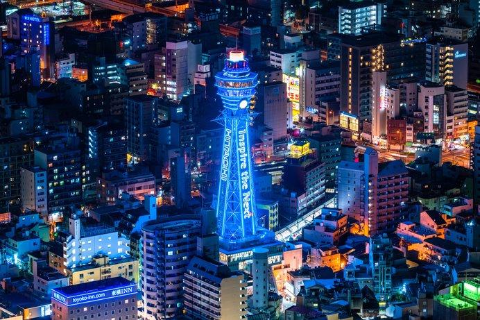 きらびやかなネオン瞬く大阪の街にそびえる通天閣