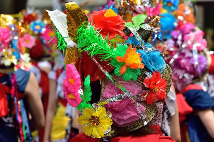 はっぴ姿に飾りをつけて、笛や太鼓のお囃子に合わせて踊る「はねと」