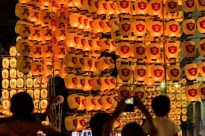 竿燈280本が大通りに一斉に上がり、1万個の提灯が夜空にゆらめく