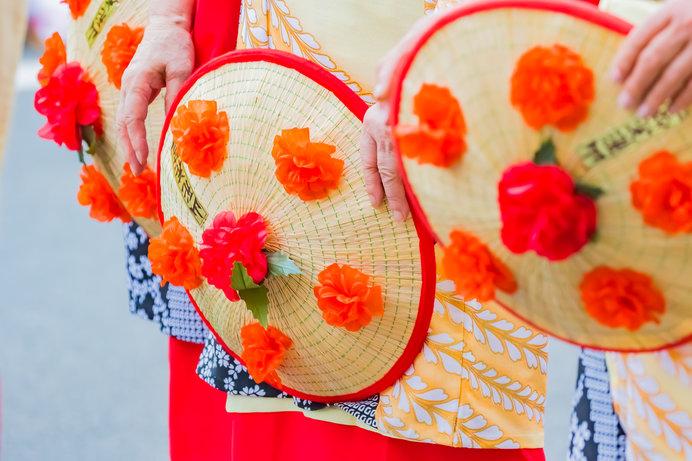 山形県の花「べにばな」をあしらった花笠を手に、踊り手たちが群舞する