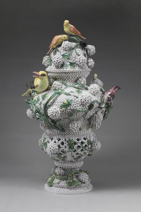 《スノーボール貼花装飾蓋付昆虫鳥付透かし壺》 ヨハン・ヨアヒム・ケンドラー 1820~1920年頃 個人蔵