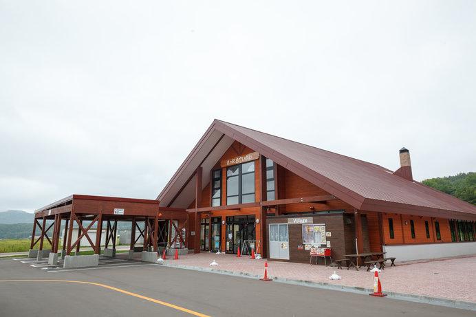 木造の洒落た建築の「道の駅 あかいがわ」