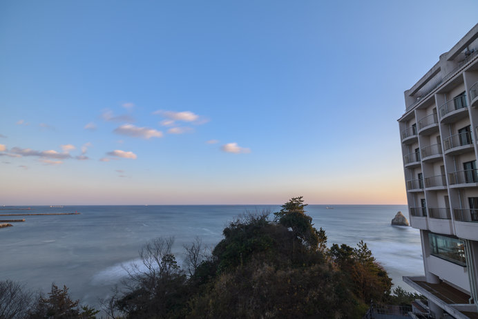 太平洋に面した断崖に立つホテル。ロビー、客室、露天風呂、レストランからも絶景が!
