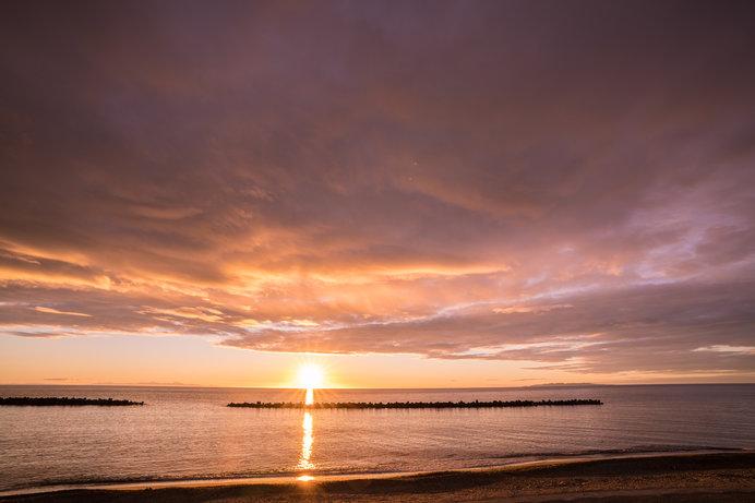 沈む夕陽が広大な日本海の水面をオレンジ色に照らす絶景も!