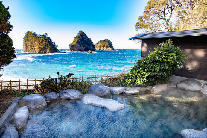 波打ち際にある「渚の露天風呂」は、海との一体感が味わえるロケーション