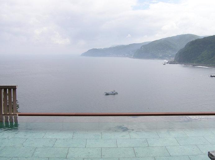 「檜風呂」の露天風呂は視線を遮るものがなく、相模湾と繋がっている感覚に