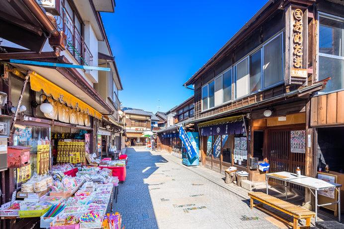 22軒のお店が連なる「菓子屋横丁」、カラフルなガラスが散りばめられた石畳の道もレトロかわいい