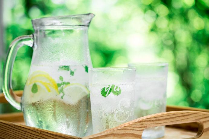 目にも涼やか、レモン水。ミントを添えて……