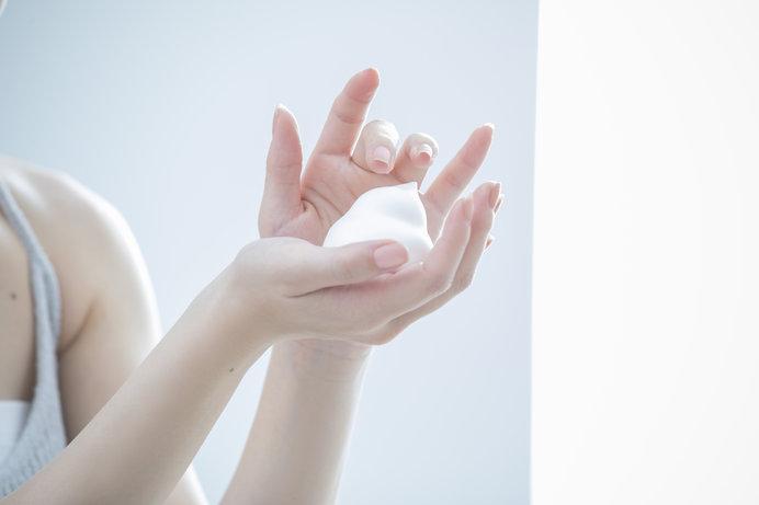 できるだけ刺激の少ないタイプの洗顔料を選び、しっかり泡立てて優しく洗い流そう