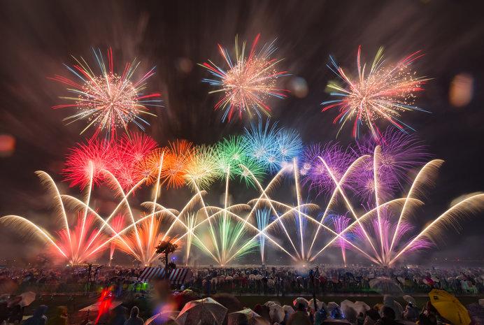 北は秋田から南は鹿児島までの有名花火師たちの競演!