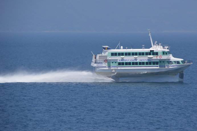 新潟港からジェットフォイルに乗れば65分で佐渡島両津港に到着!