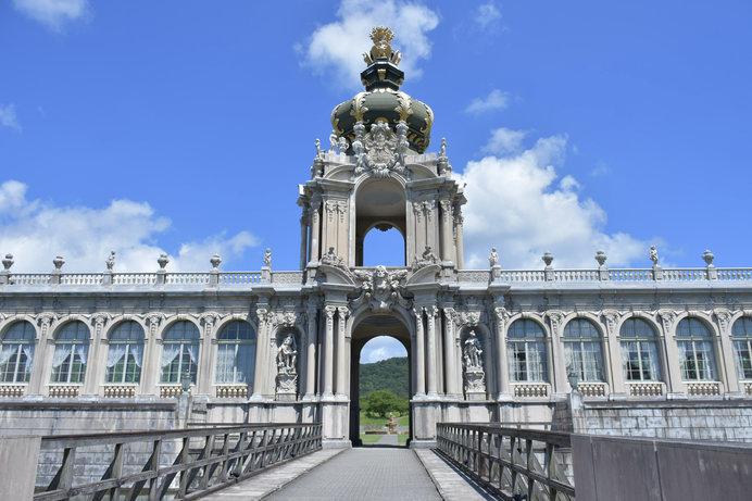 18世紀初頭のドイツ・バロック建築の華「ツヴィンガー宮殿」を再現した建物が、ひときわ目を引く