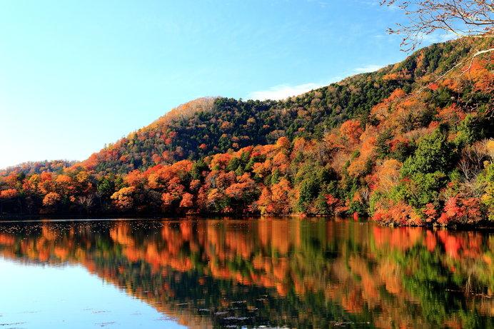 標高1478mの湯ノ湖、周囲をかこむ山々が華やかに色づいたダイナミックな景観