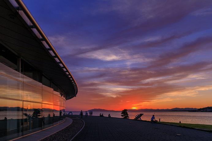 宍道湖東岸にある島根県立美術館では、宍道湖に沈む夕日を眺めながらの食事も可能