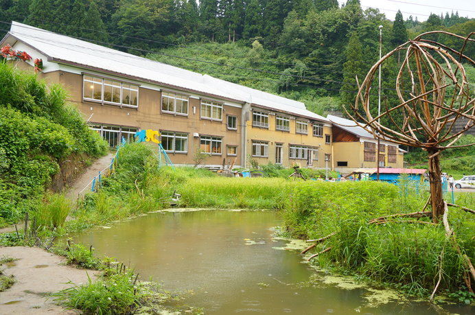 校舎という馴染みある空間が、まるごと一風変わった美術館に