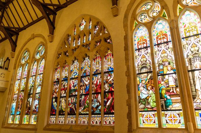 イエス・キリストの生涯が描かれたステンドグラス作品「聖書の風景」