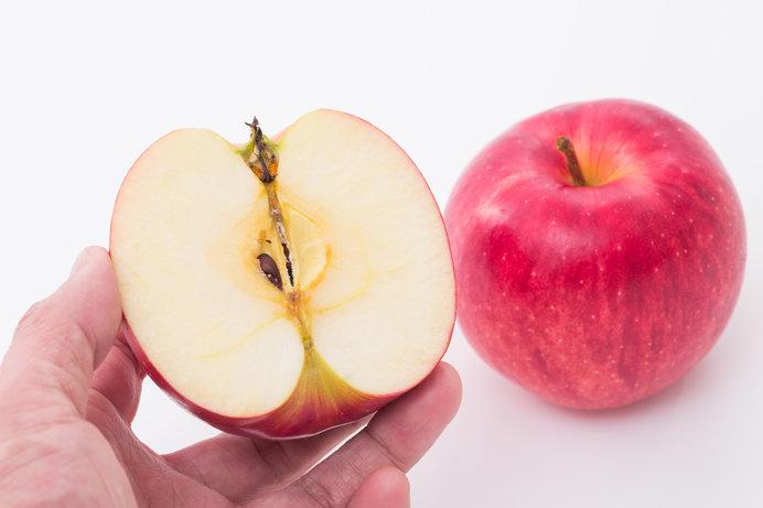 リンゴの中で公転する地球。その直径は原子1個分