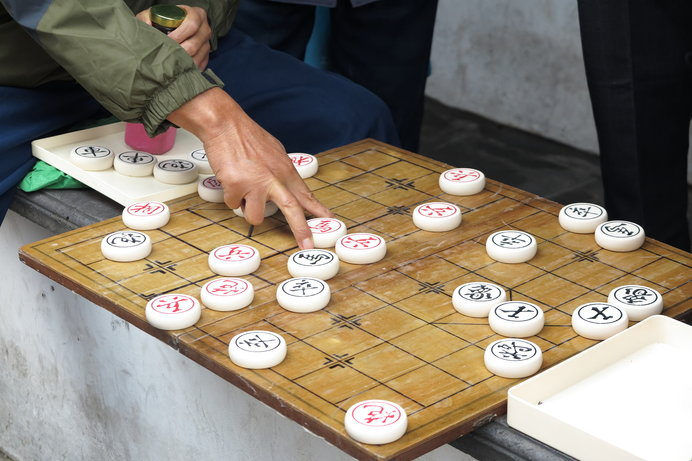 チャトランガがルーツとされる、シャンチーで遊ぶ人々