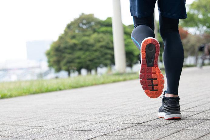 長距離や長時間走るなら、スニーカーではなくランニングシューズが必須です