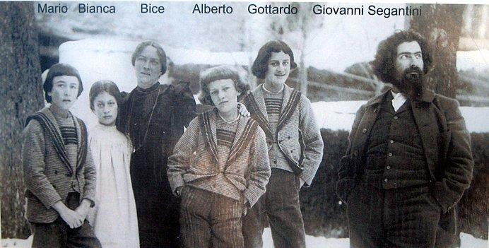 セガンティーニ(右端)と妻、4人の子どもたち