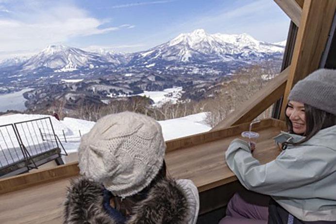 大きな窓からの絶景が魅力の野尻湖ラウンジ(タングラムスキーサーカス)