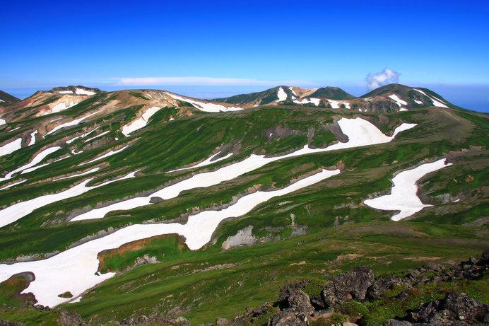 遠くに見える山の「雪形」。残雪の形を何に見立てる?