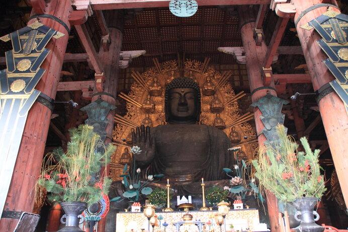 大流行した疱瘡の災禍から国を救う発願で建立されたといわれる東大寺盧舎那仏