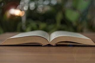 本の世界を音声と感性で表現する。6月19日は「朗読の日」です
