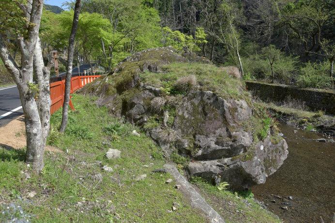 和泉式部が蛍の歌を詠んだと言われる、貴船神社の蛍岩周辺